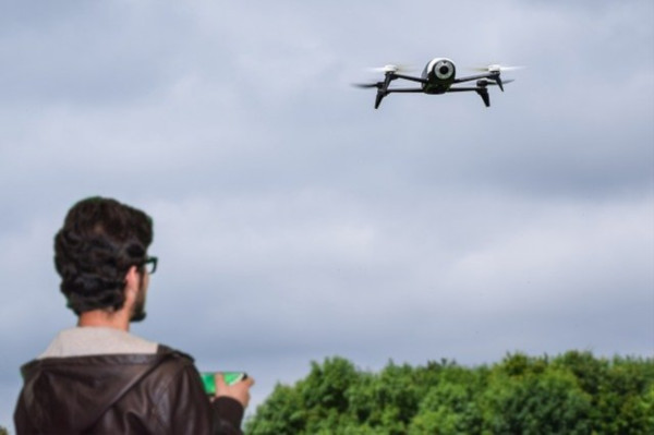 ドローンとは、無人航空機の総称です。つまり人が搭乗することなく、リモートコントロールあるいは、プログラムによって自立して飛行する物体のことを指します。