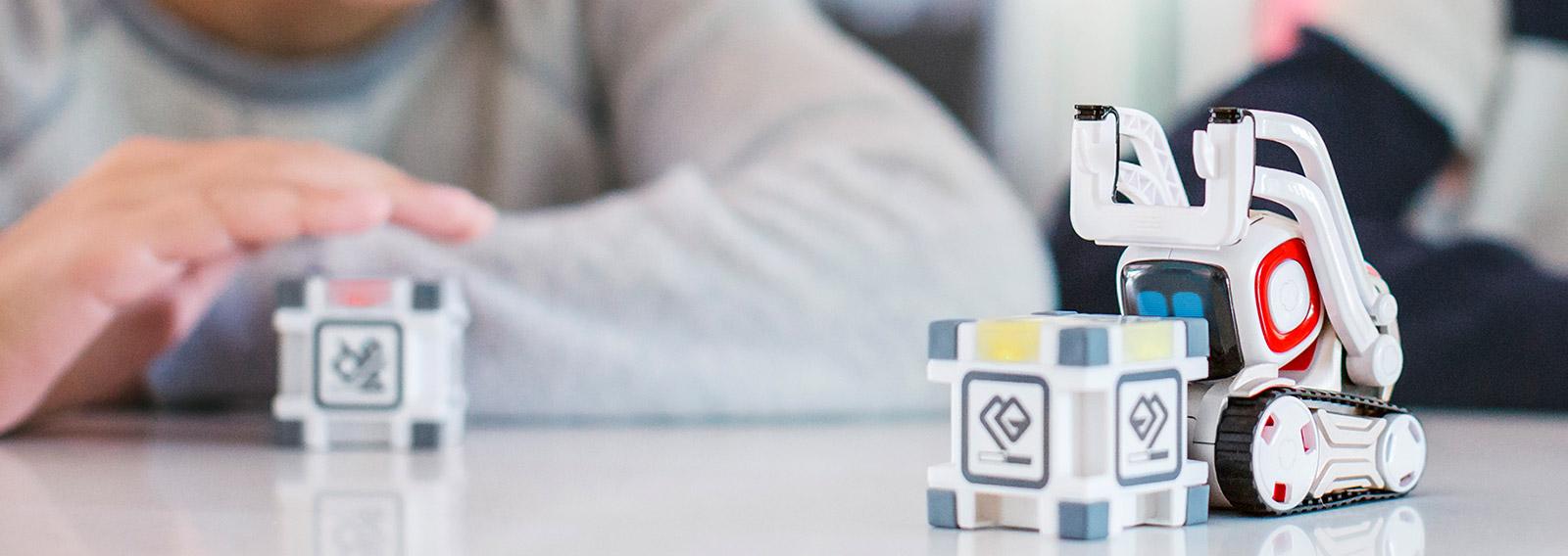 COZMOは現実の世界で自らのキャラクタ ーを生み出し、自分の気持ちを伝えることのできるロボットです。