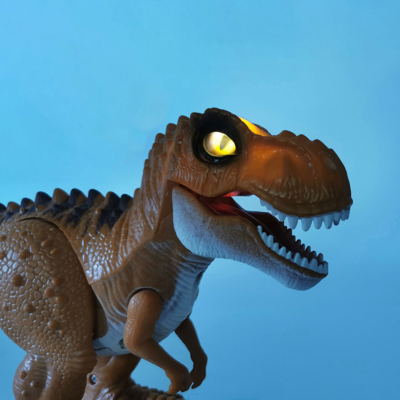ラジコンの恐竜ロボット「RCディノ」目が光る ティラノサウルスに抜け目がございません。夜でも捕食します〜
