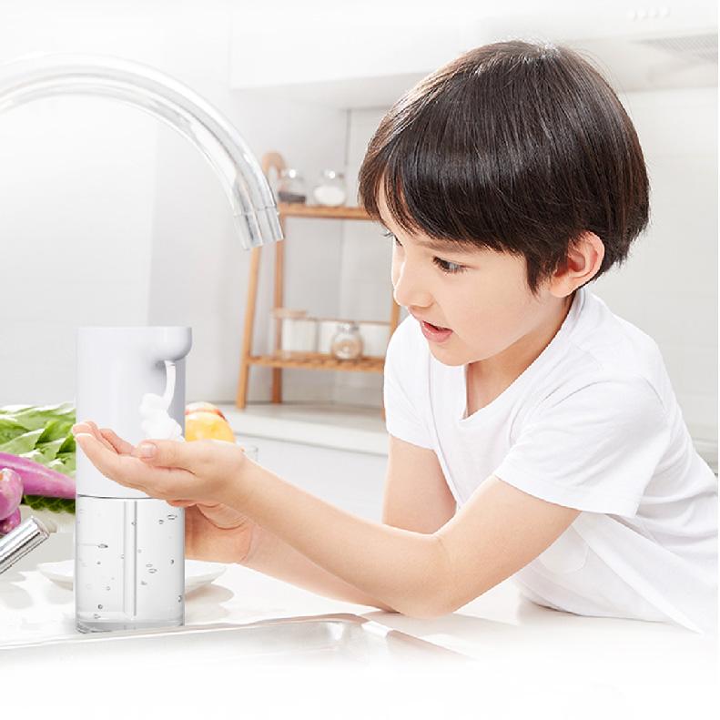 ワンタッチでラクラク3段階調整 電源ボタンを触れるだけで噴出量を調節できます。 毎日しっかり洗いたい場合は最大量に!