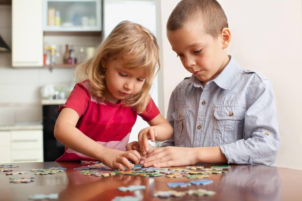 ジグソーパズルは、子どもの好きな絵柄を選ぶことで、楽しみながら遊ぶことが出来るだけでなく、手先の器用さも養うことが出来ます。頭や手を活発に動かすことは、いかにも学習効果が期待できそうです。